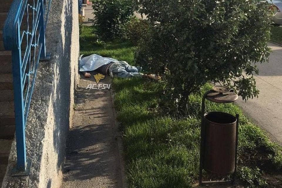 """В Новосибирске под окнами высотки нашли мертвого мужчину. Фото: """"АСТ-54""""."""