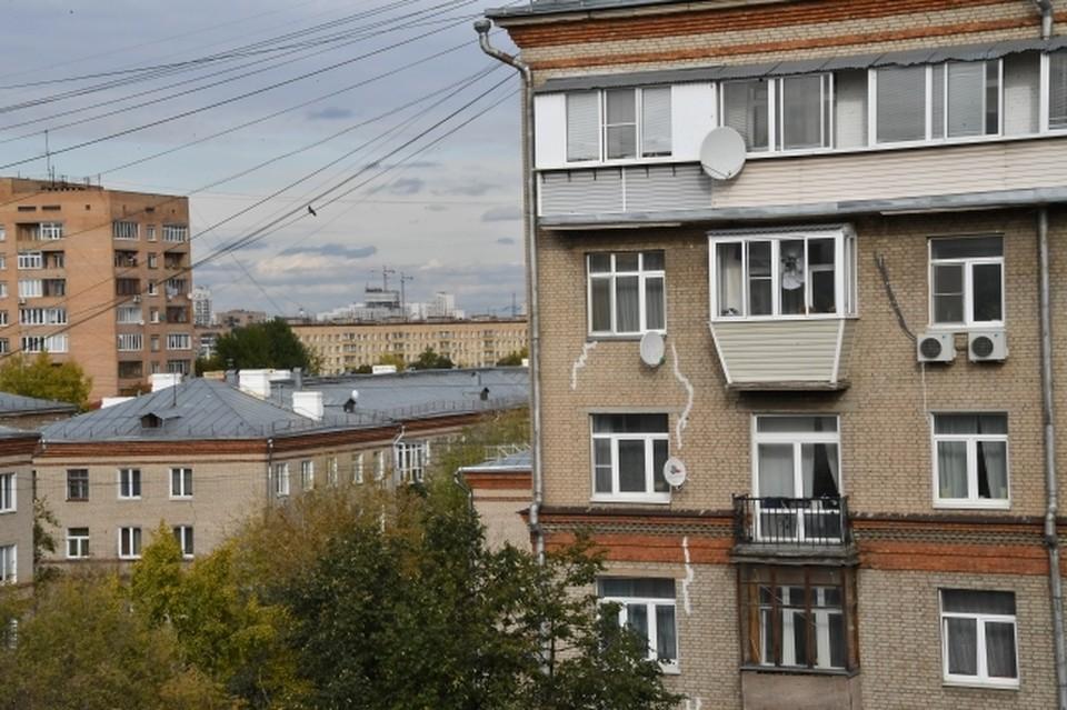 40-летний мужчина скончался, упав с балкона четвертого этажа.