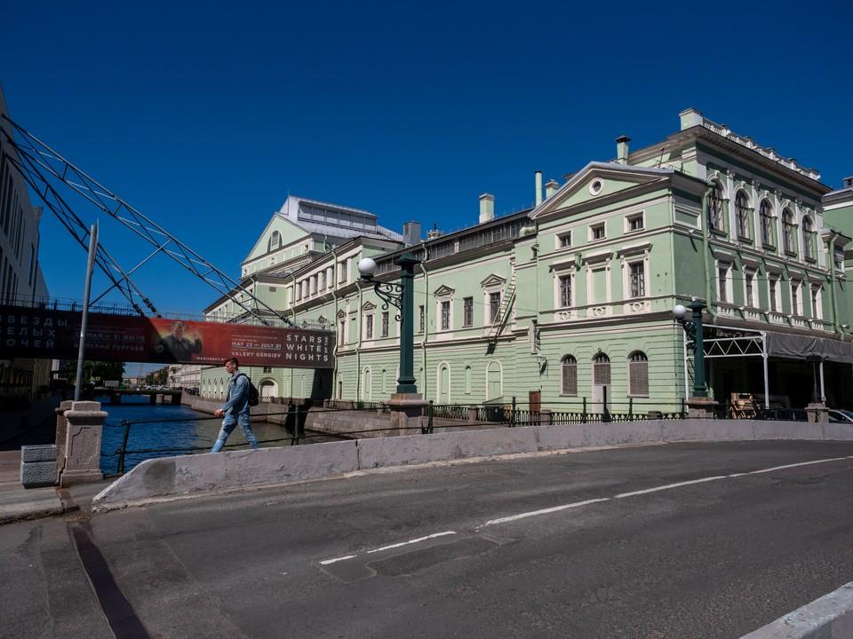 Сотрудницу Мариинского театра подозревают в крупной взятке.