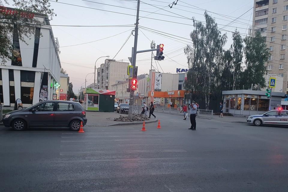 Ребенок врезался в левую переднюю часть автомобиля и упал на проезжую часть Фото: отделение пропаганды ГИБДД по Екатеринбургу
