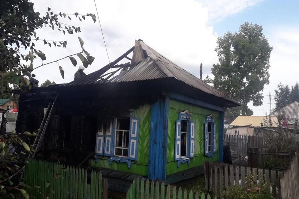 Стала известна причина пожара в частном доме в Бердске, где чуть не сгорели мать и трое детей. Фото: ГУ МЧс по НСО.