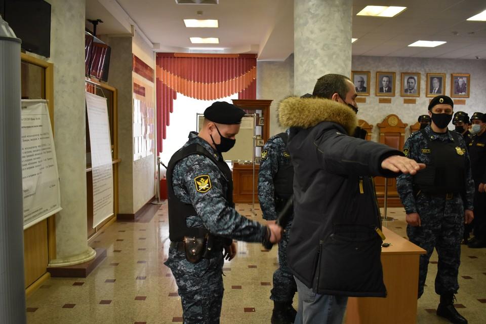 Судебные приставы следят за порядком во время заседаний судов. Фото пресс-службы УФССП России по Белгородской области.
