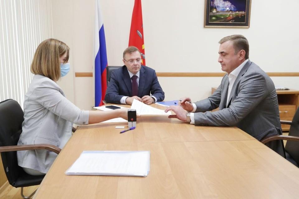 21 июля Алексей Дюмин подал документы для выдвижения в избирательную комиссию региона.