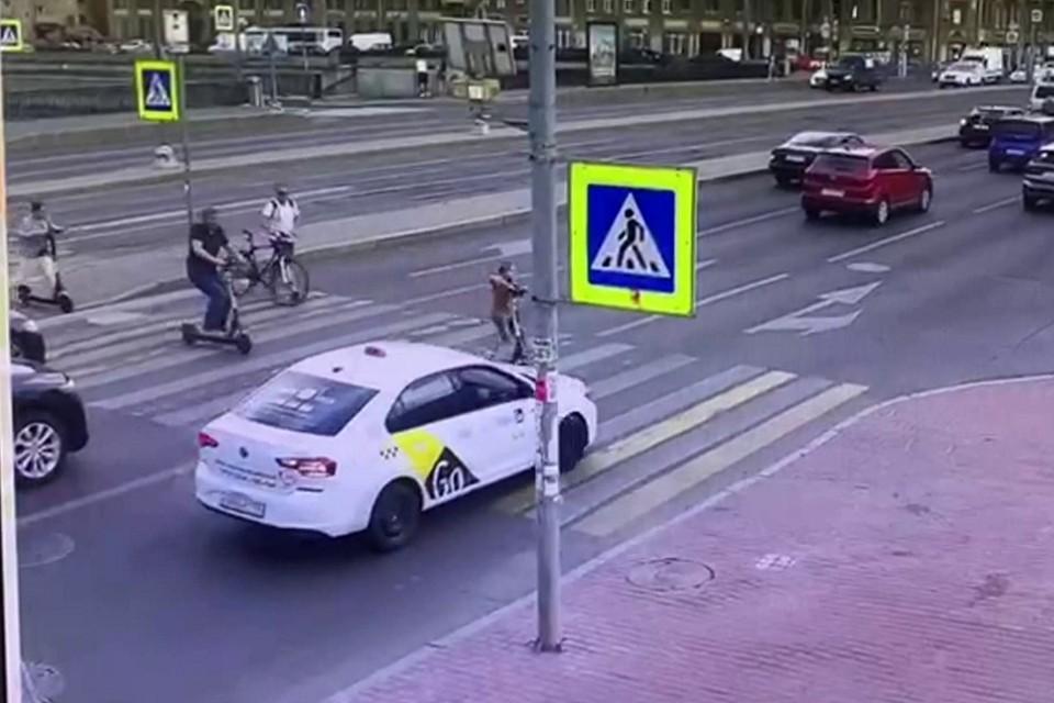 Ребенок попал под машину такси на Лиговском проспекте. Фото: кадр с видео / УГИБДД по СПб и ЛО