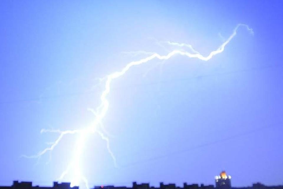 На Волгоградскую область обрушились гроза и ураганный ветер.