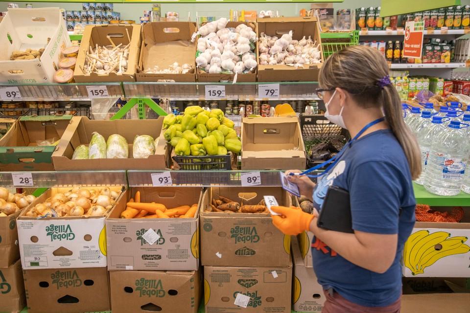 Цены в российских магазинах упали. Правда чуть-чуть. Фото: Оберемченко Николай
