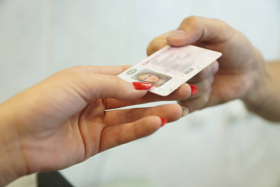 Инспектор РЭО ГИБДД выдавал права без экзаменов