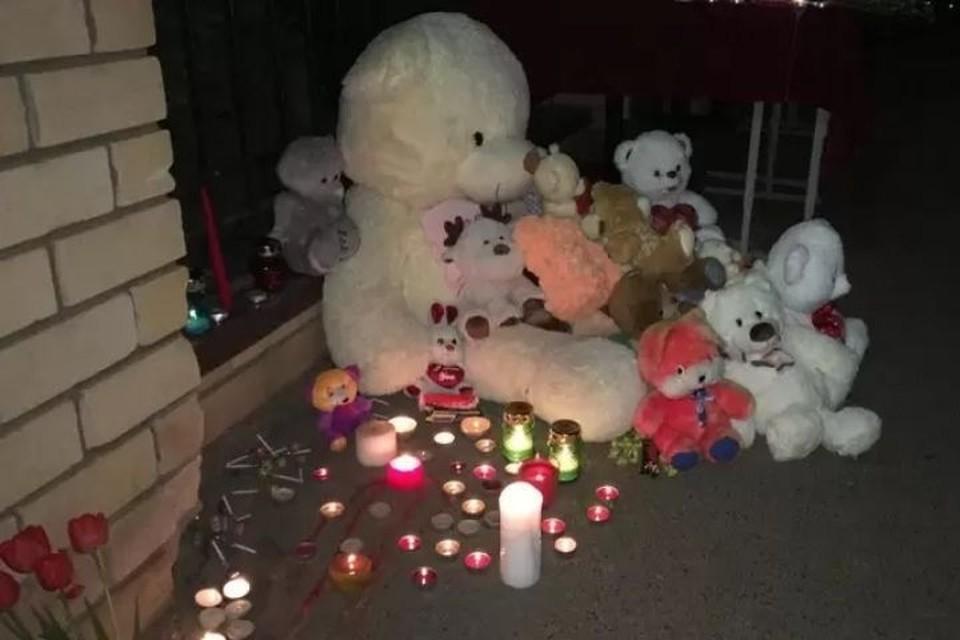 Мемориал из игрушек начал складываться у ворот школы вечером 11 мая