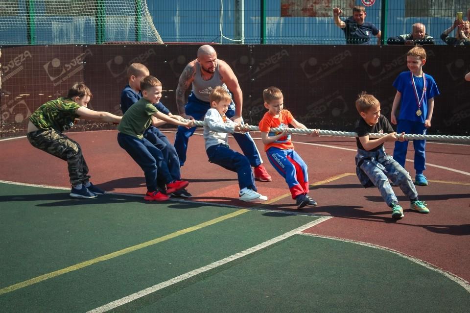 """Для юных спортсменов устраивают разнообразные игры и конкурсы. Фото: страница ВК СК """"Победа""""."""