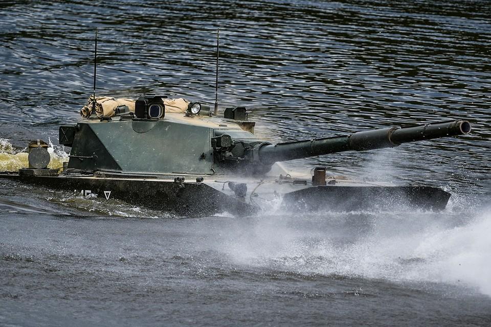 Авиадесантная самоходная противотанковая пушка «Спрут-СД» во время учений.