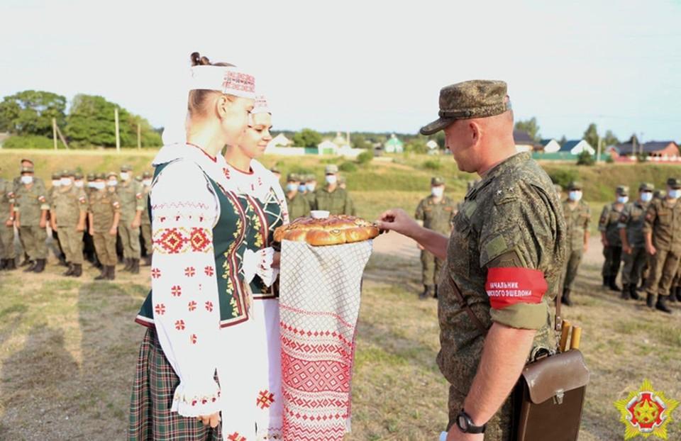Эшелон с российскими военными прибыл в Барановичи. Солдат там встретили «хлебом-солью». Фото: Ян Горбанюк, «Ваяр».
