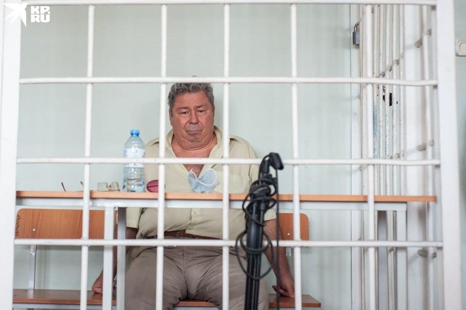 Виктор Чернобровин снял маску и сидел практически неподвижно