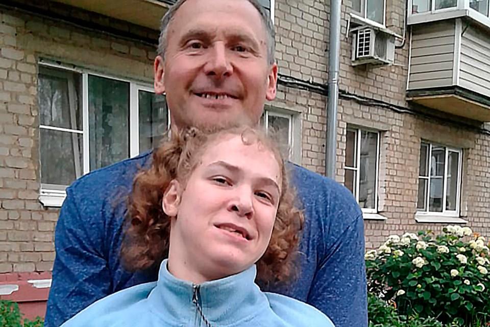 Наташа с папой на прогулке.