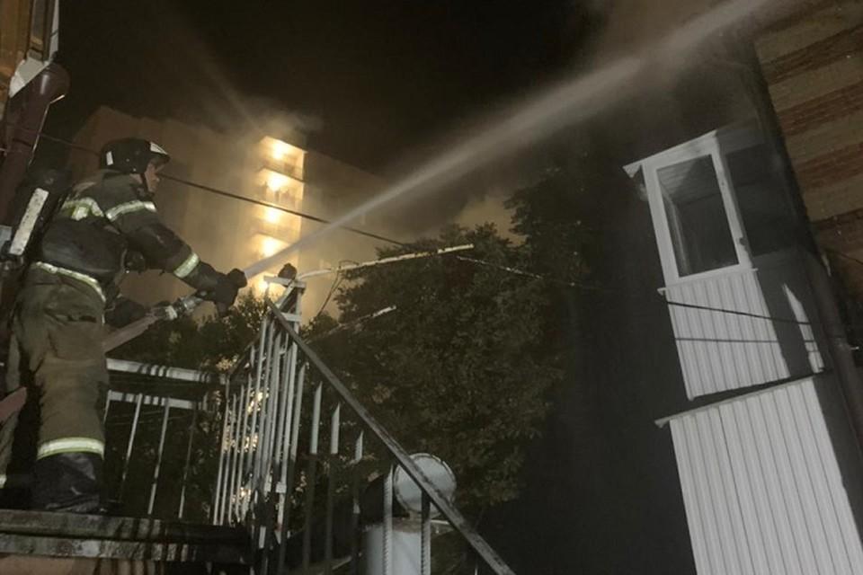 В зданий сейчас полыхает пожар, огнем охвачено 250 квадратных метров. Фото: пресс-служба МЧС России по РО