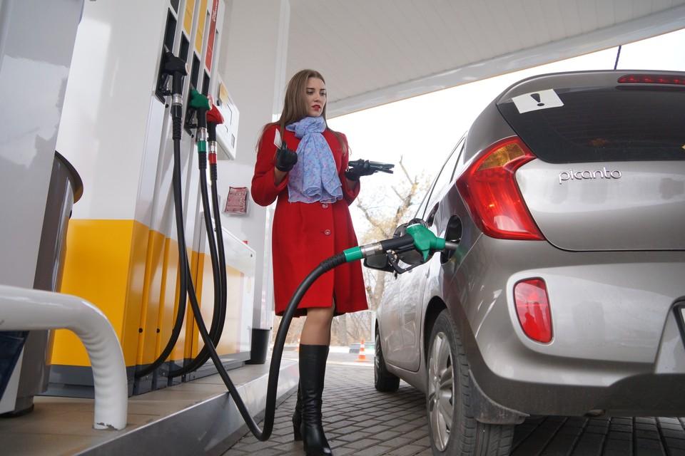 Тысячу и еще два литра бензина может купить россиянин на свою среднемесячную зарплату.