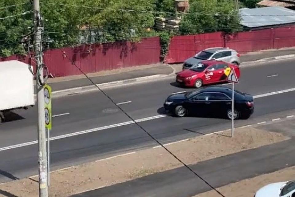 """Машина мэра Ярославля так выезжает из двора. Скриншот с видео, группа """"Дороги Ярославля"""", """"Фейсбук"""""""