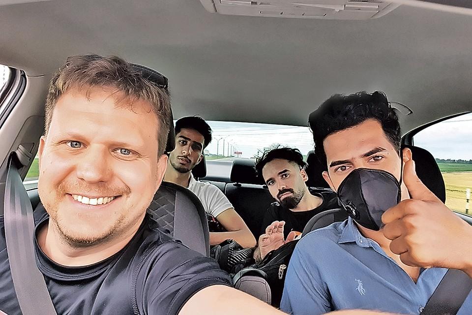 Спецкор «КП» Олег Адамович повез трех иракцев из аэропорта в Минск. Мигранты попросили доставить их сразу до границы.