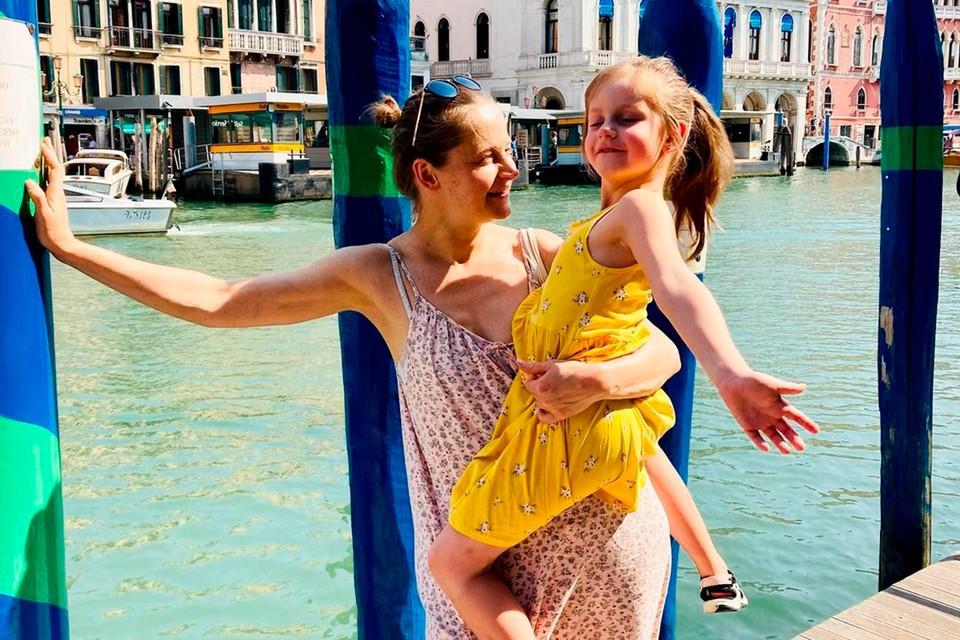 В эти дни удалось погулять по Венеции актрисе Яне Сексте вместе с дочерью.