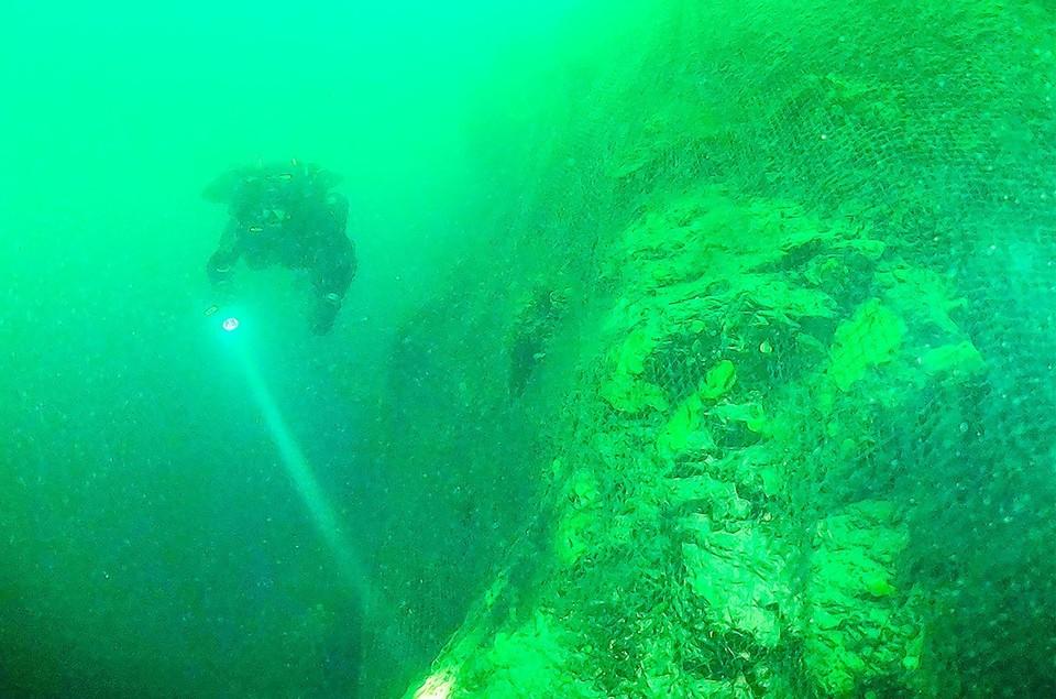 Ужасающая картина: ученые и дайверы две недели чистят дно Байкала от брошенных рыболовных сетей. Фото: предоставлено ФГБУ «Заповедное Прибайкалье».