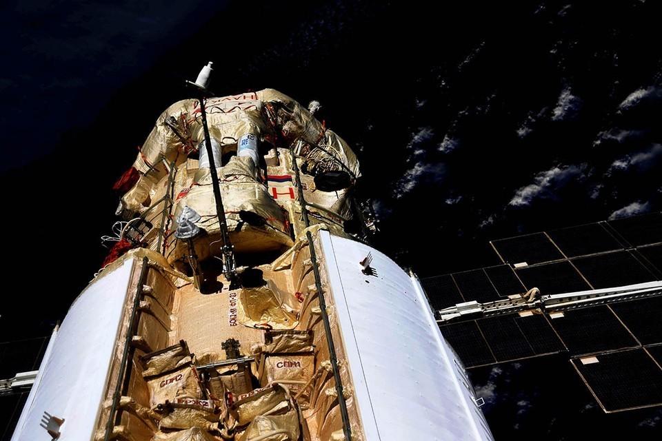 Российские космонавты перешли на борт модуля «Наука»