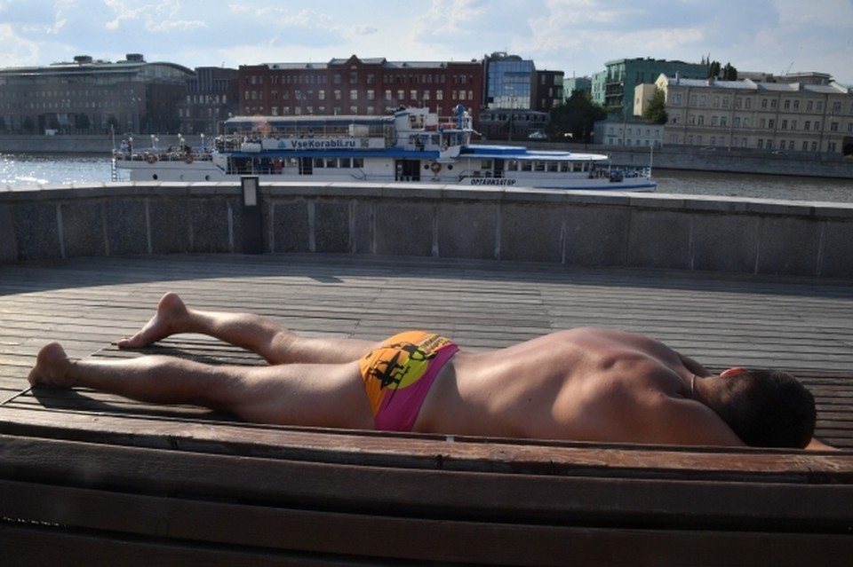 Это сейчас привыкли загорать в купальниках, а раньше от жары спасались ватными халатами и меховыми шапками