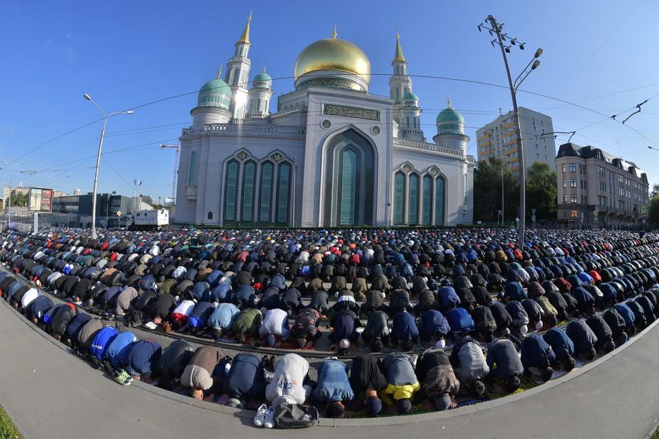 Мусульман в России становится все больше. День праздника жертвоприношения Курбан-Байрам у Московской соборной мечети.