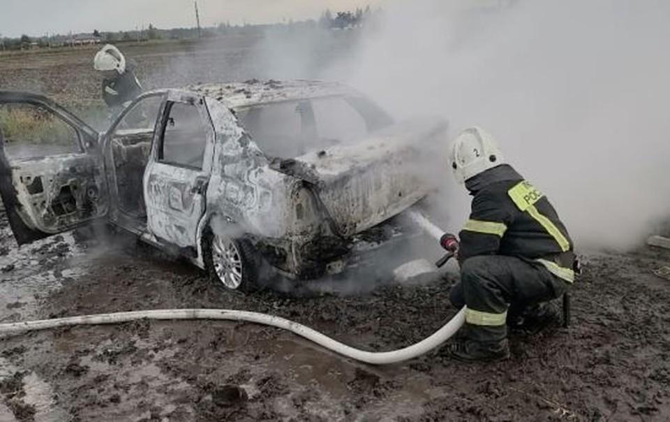Под Орлом пожар полностью уничтожил «Рено Логан». Фото: ГУ МЧС России по Орловской области