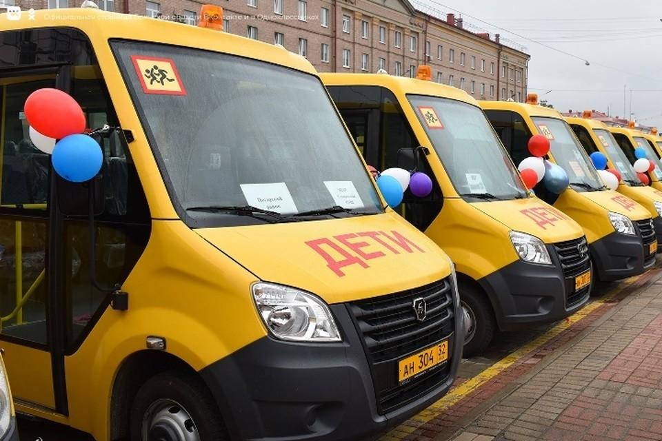 В обновленном школьном автопарке работают 305 автобусов, которые перевозят больше 7 тысяч школьников.