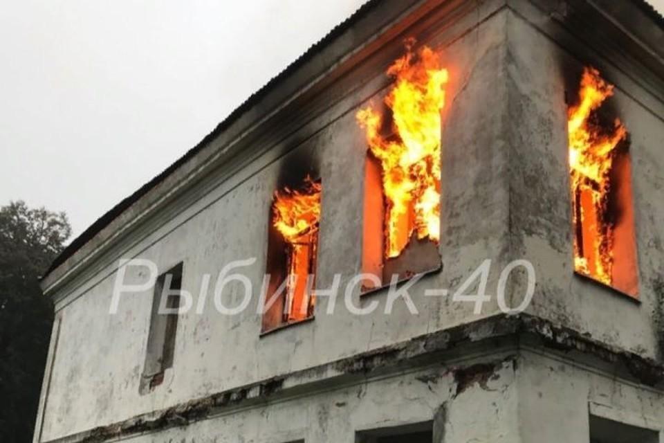 """На Юршинском острове, загорелся «Белый дом». ФОТО: телеканал """"Рыбинск40"""""""