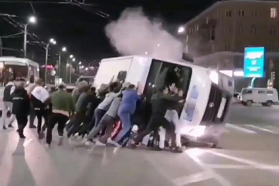 Авария случилась в районе Ленинградской площади в Омске. Фото: скриншот видео («Омск Live»)