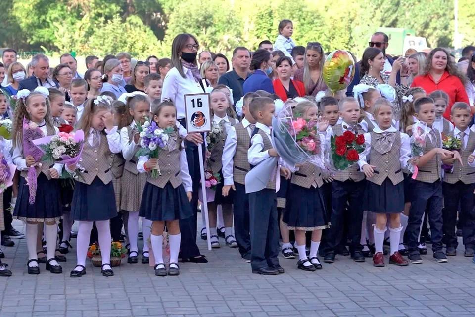 Маленькие жители Новой Самары на их первой в жизни школьной линейке.