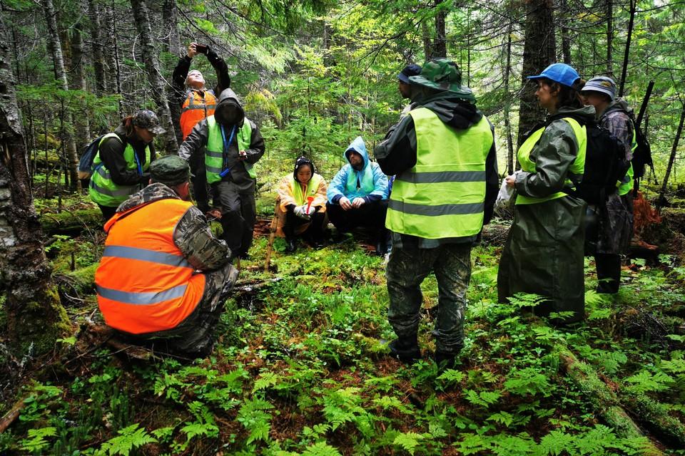 Поисковая группа на привале обсуждает дальнейший маршрут