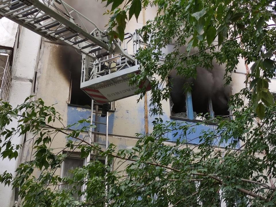Из дома вывели взрослых и детей. Фото: ГУ МЧС по Челябинской области