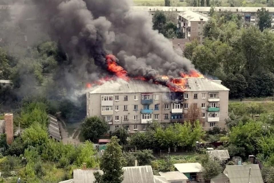 Огонь полностью уничтожил крышу многоэтажки. Фото ГУП «Луганьмедиа»
