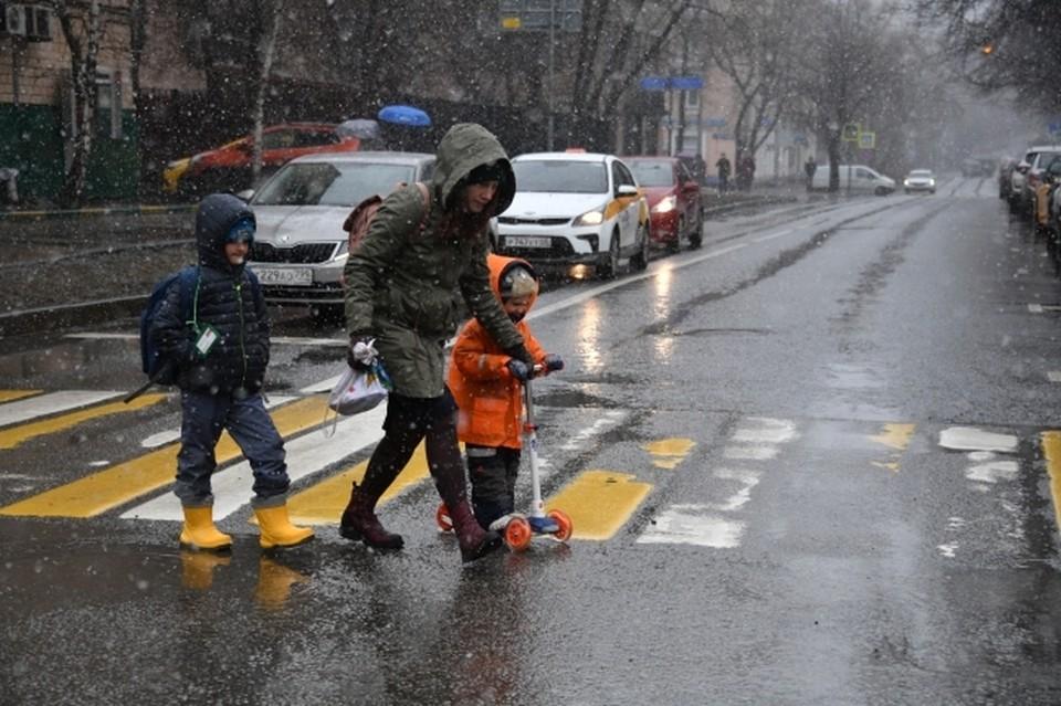 Без зонтов и дождевиков пермякам не обойтись.