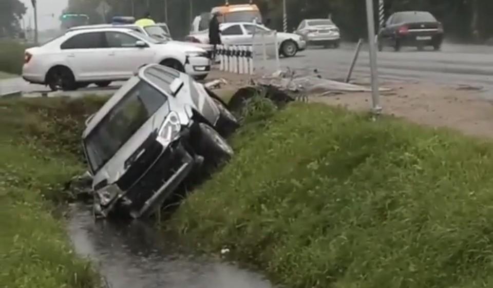 Автомобиль Toyota RAV4 вылетел в кювет в поселке Серебрянка в Смоленске. Фото: паблик «Подслушано в Смоленске» в соцсетях.