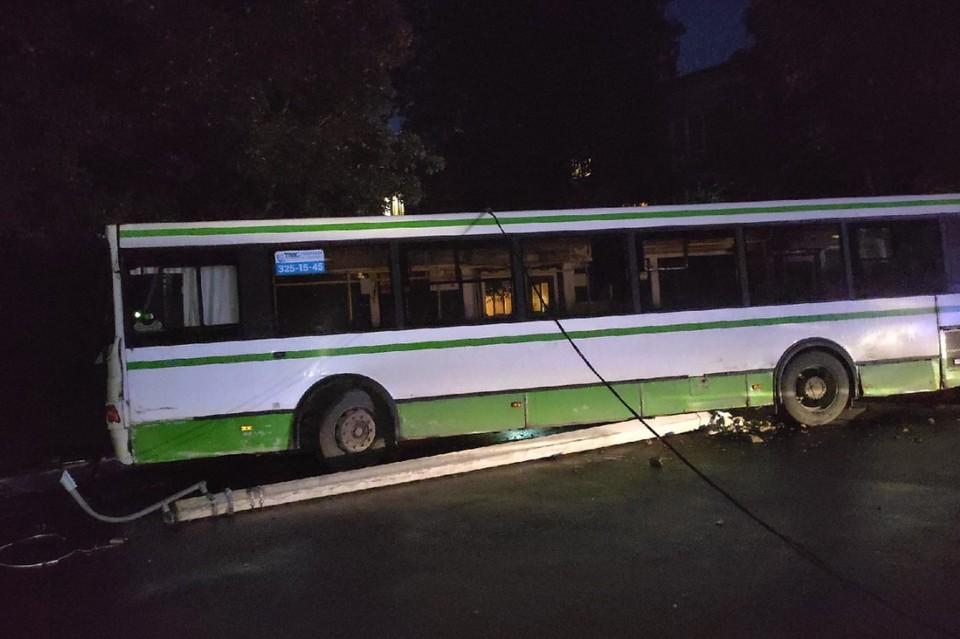 В Колпинском районе Петербурга автобус влетел в столб. Фото: vk.com/spb_today_unreleased