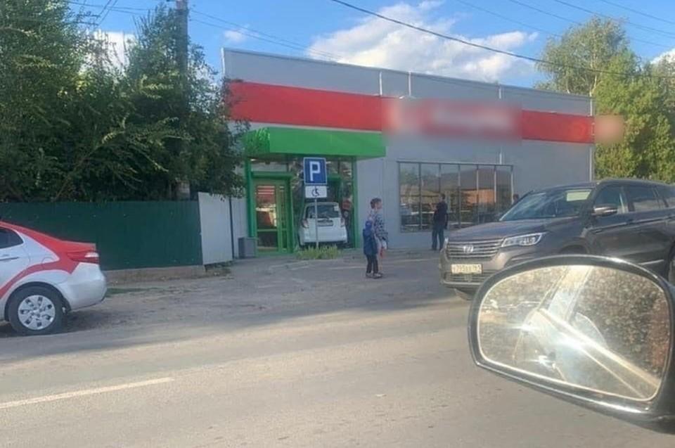 """Еще немного, и авто попало бы в торговый зал. Фото: группа """"Это Ростов"""" ВКонтакте"""