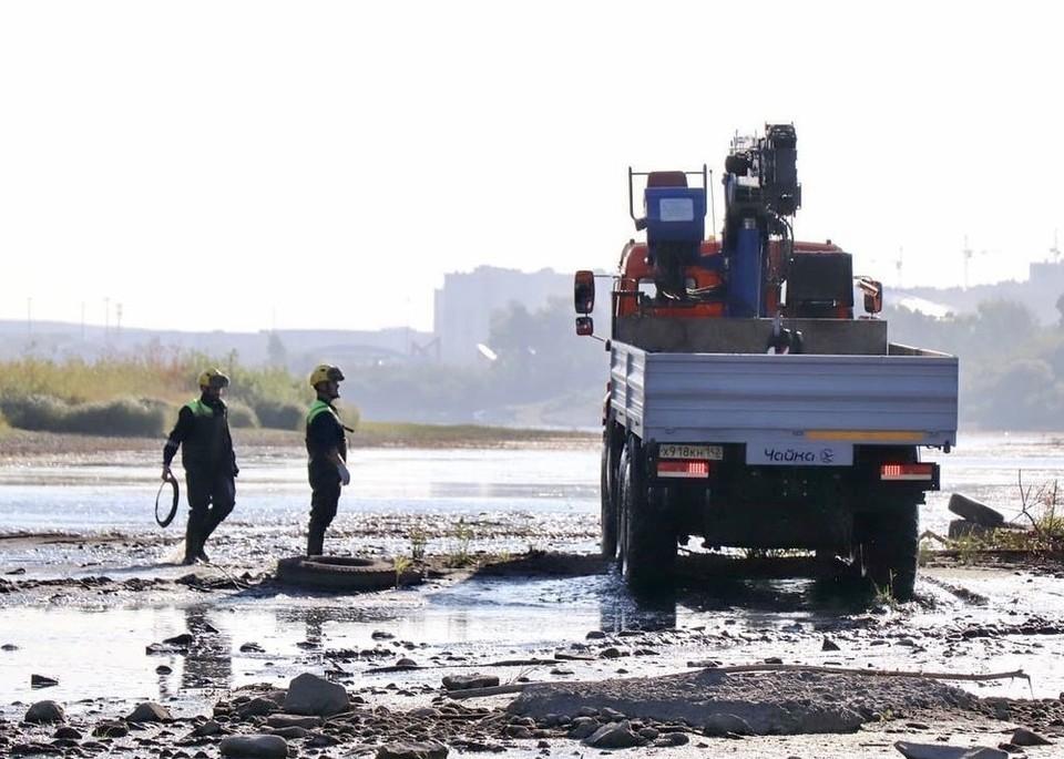 Глава Кемерова показал мусор, который извлекли спасатели из Томи. Фото: Instagram/ilyaseredyuk.