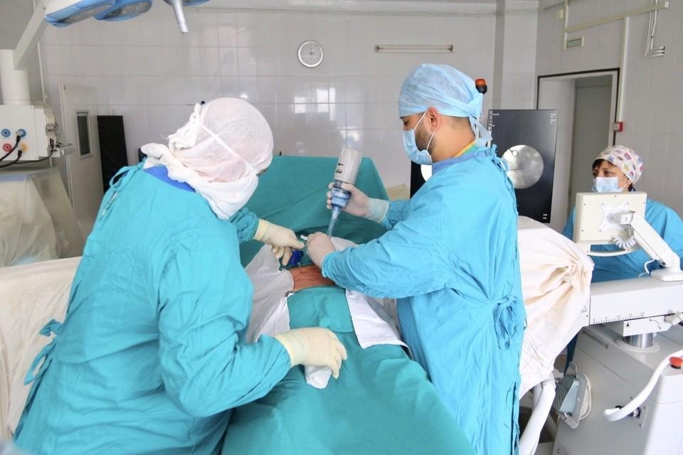 Нейрохирурги из Тобольска выполняют новый вид операций на позвоночнике.