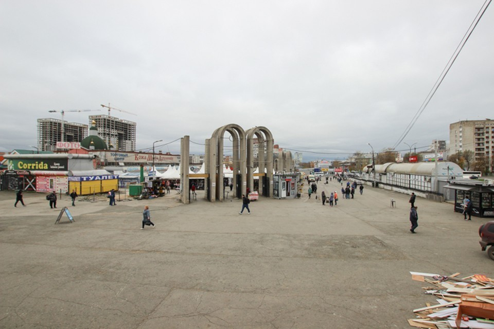 Здания расположены напротив торгового комплекса.