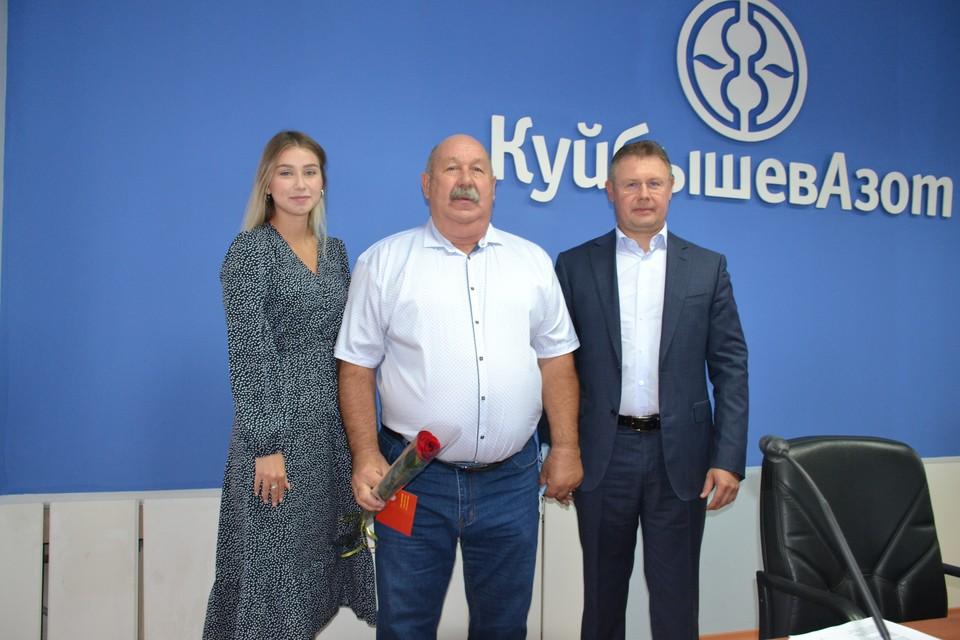 Сергей Вечканов (в центре) и его коллеги получили заслуженные награды за спасение тольяттинского леса. Фото: ПАО «КуйбышевАзот».