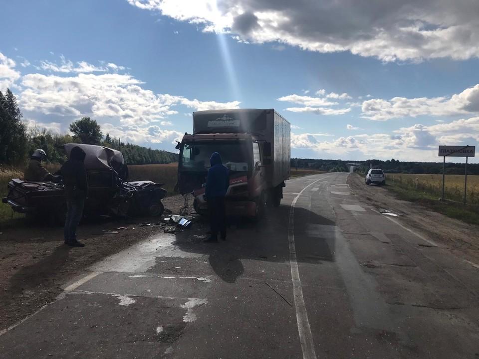 В Орловской области столкнулись грузовик и легковушка, есть пострадавший