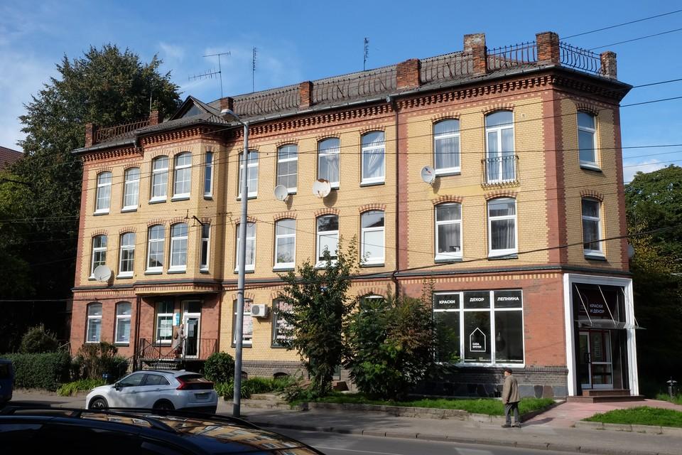 Исторический дом выглядит после ремонта нарядно, впечатление портят круглые антенны.