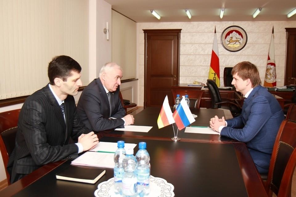 Михаил Семенов (справа) может стать вице-губернатором Рязанской области. Фото: администрация президента Южной Осетии.