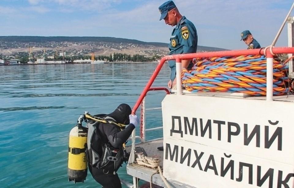 Сотрудники МЧС проводят работы по разминированию судна на глубине 18 метров. Фото: пресс-служба ГУ МЧС по РК