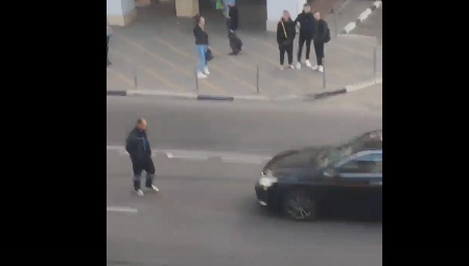 Мужчина ходил по проезжей части в опасной близости от машин. Фото: кадр с видео Кирилла Николайчика.