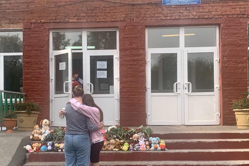 Первоначально стихийный мемориал образовался на крыльце школы, где учились девочки.