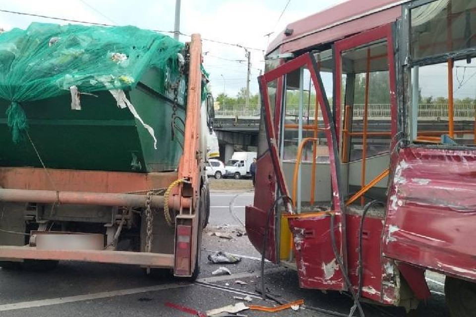 "У трамвая сильно поврежден бок. Фото: МУП ""Метроэлектротранс"""