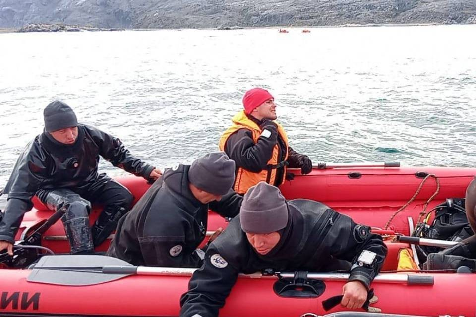 Рыбаков с перевернувшегося катера искали всю ночь, утром на место прибыло еще больше спасателей. Фото: МЧС по Мурманской области